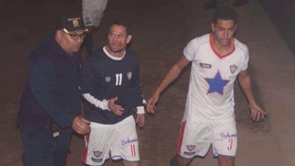 Resultado de imagen para Batalla campal y agresiones a jugadores de Peñarol de San Juan en la cancha de Victoria